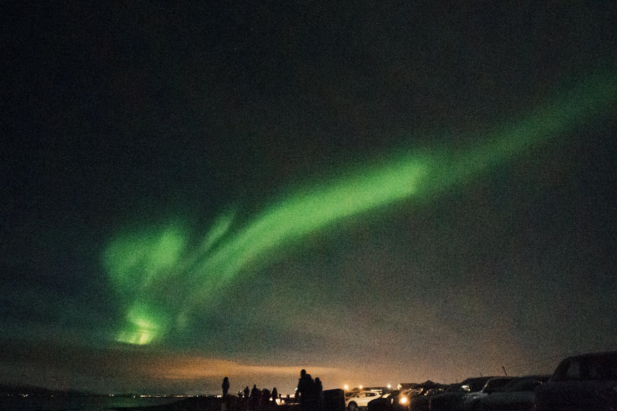 Aurora Borealis的明亮的绿色条纹在夜空的夜空在雷克雅未克,冰岛