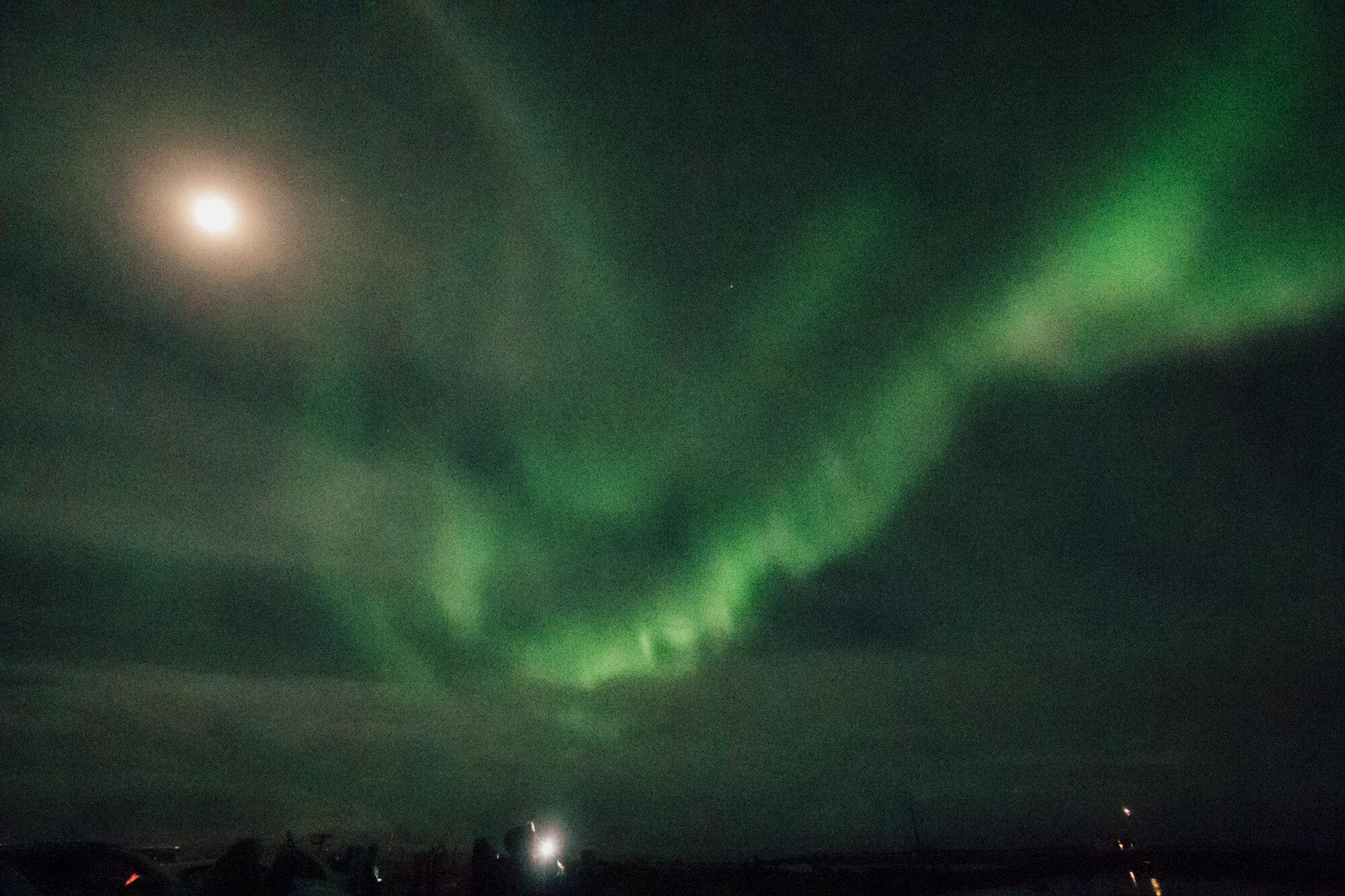 冰岛雷克雅未克夜空中明亮的北极光
