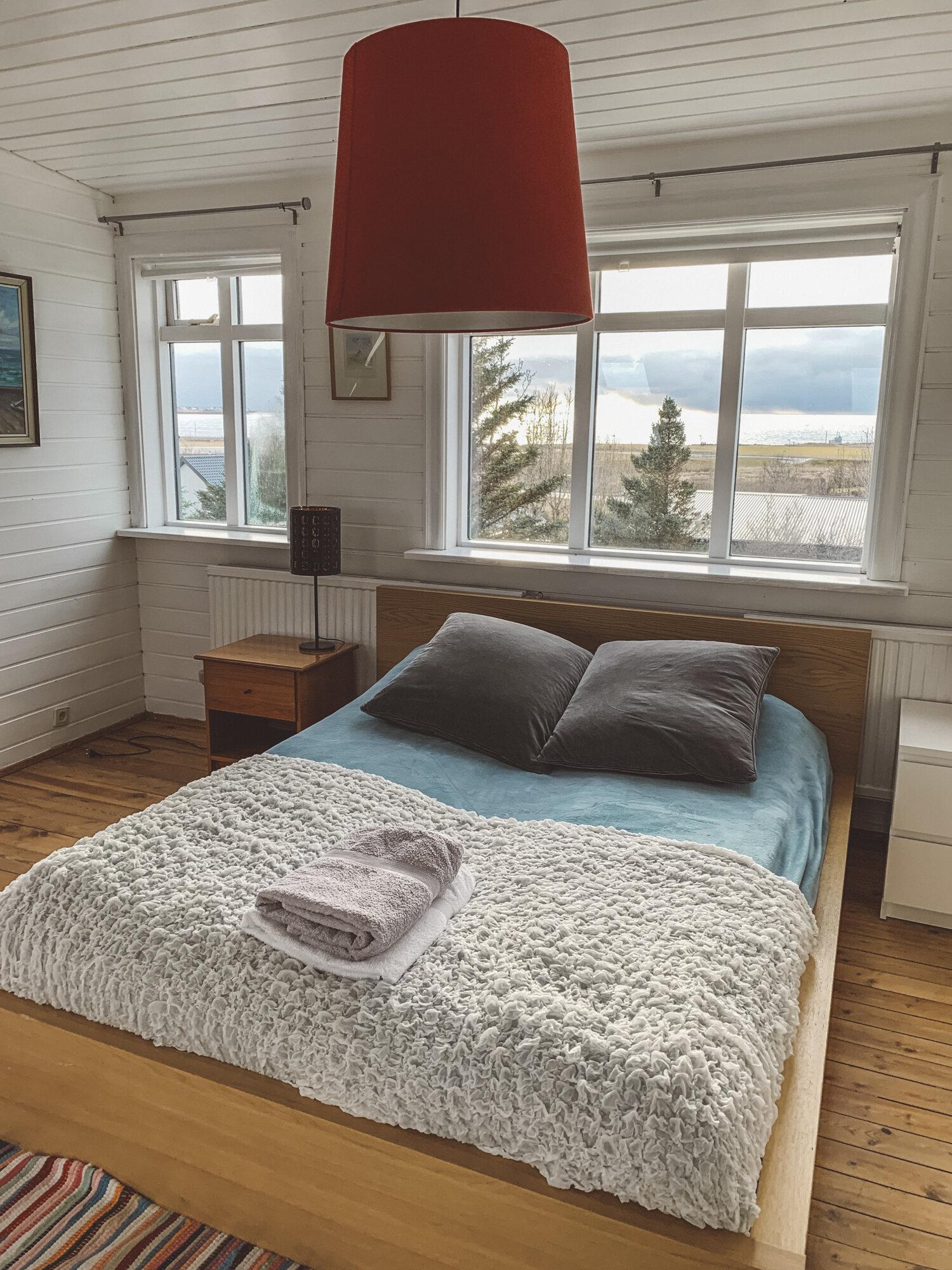 Airbnb在雷克雅未克的一间卧室,窗外可以看到山脉和海港