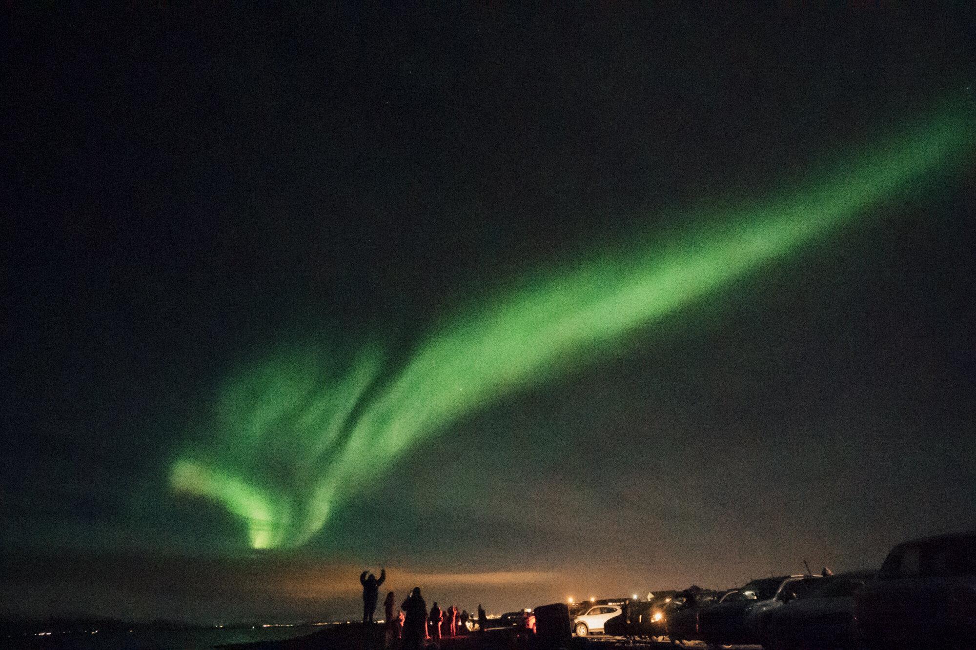 明亮的绿色北极光——北极光来自雷克雅未克的格罗塔灯塔