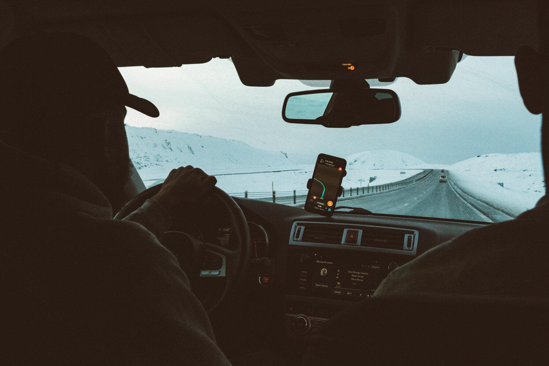 通过窗户上的坐着的汽车的挡风玻璃可见雪花高速公路公路可见