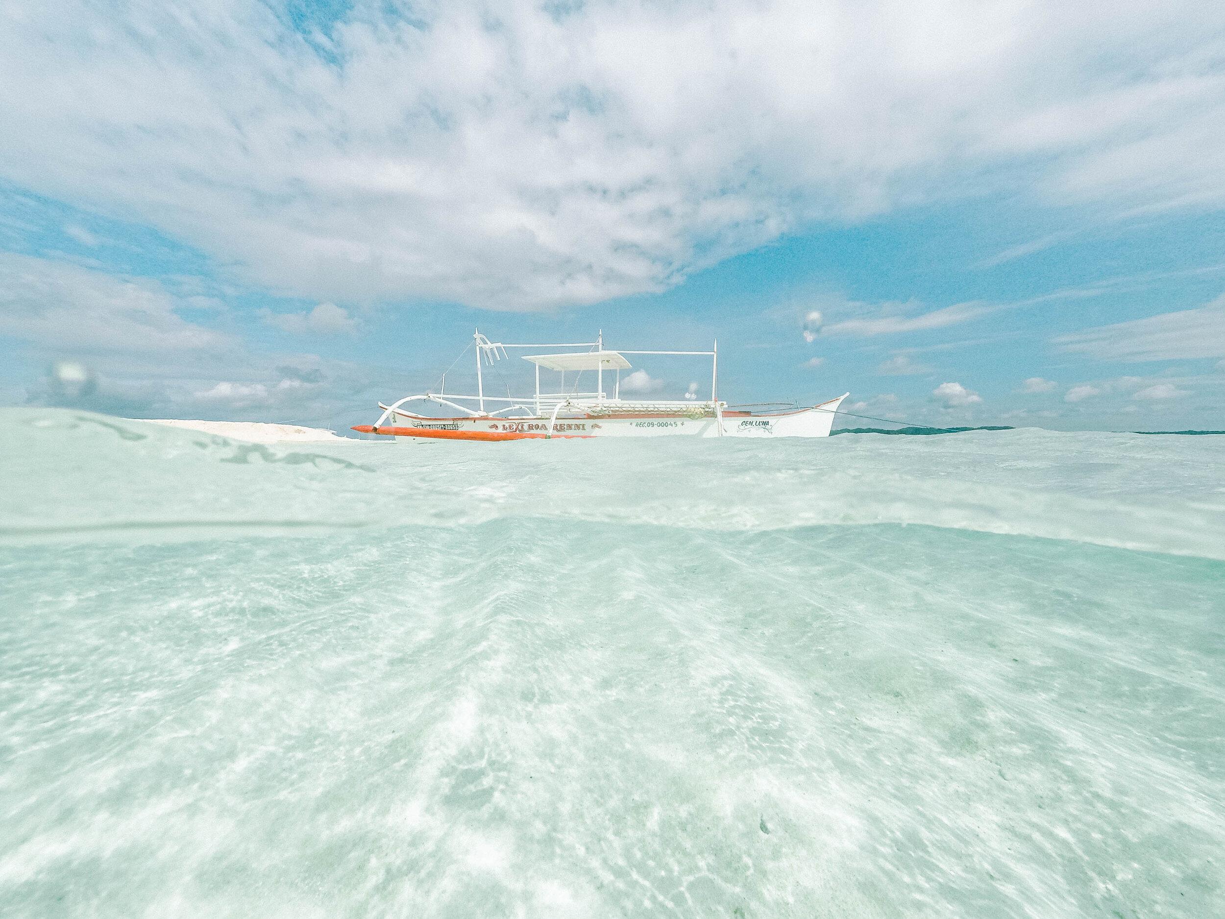白色的bangka船漂浮在清澈的海在Siargao菲律宾