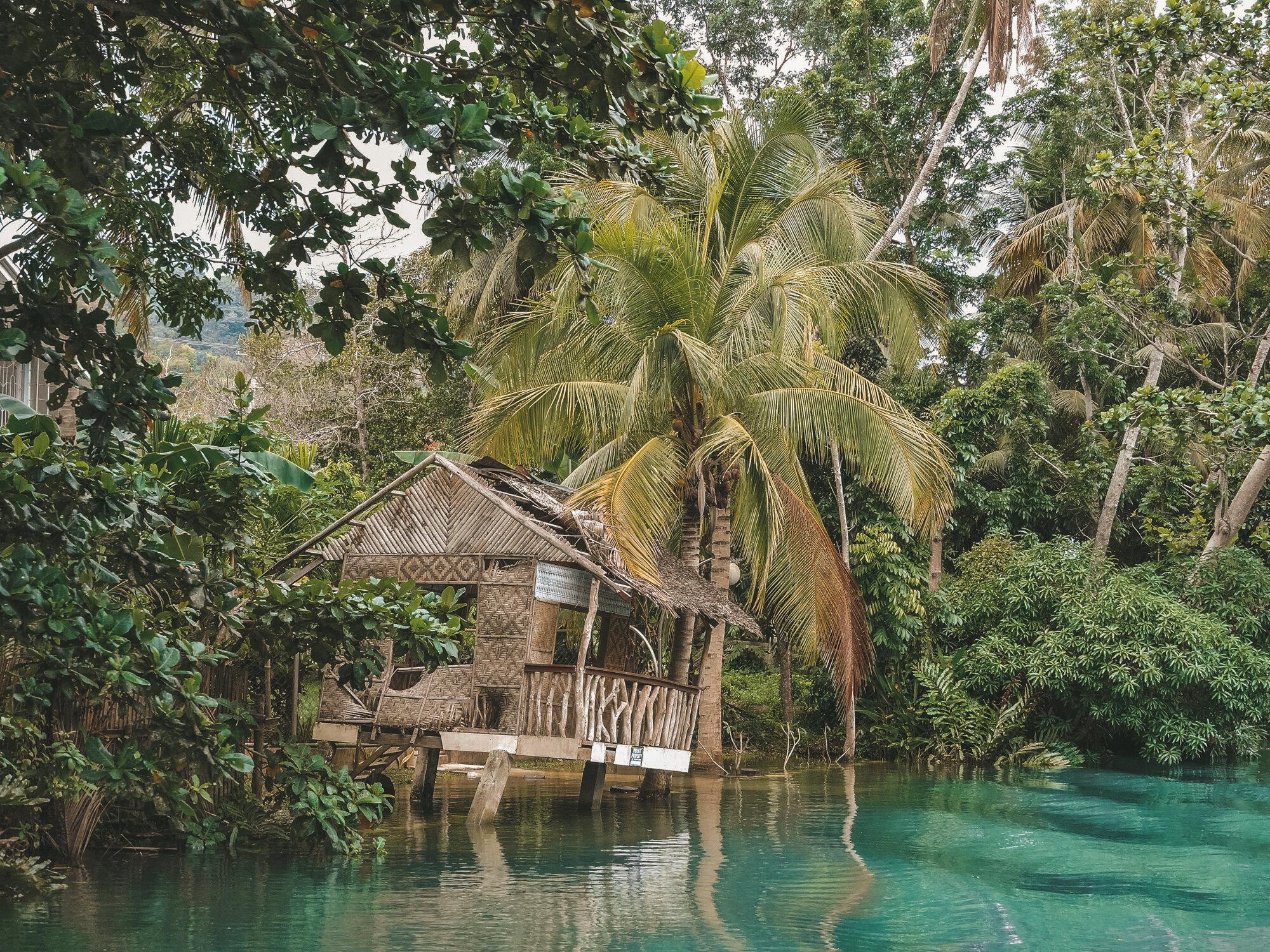 在菲律宾保和的Loboc河沿岸,一间用高跷搭建的bahay kubo小屋-图片来自@karenaileen