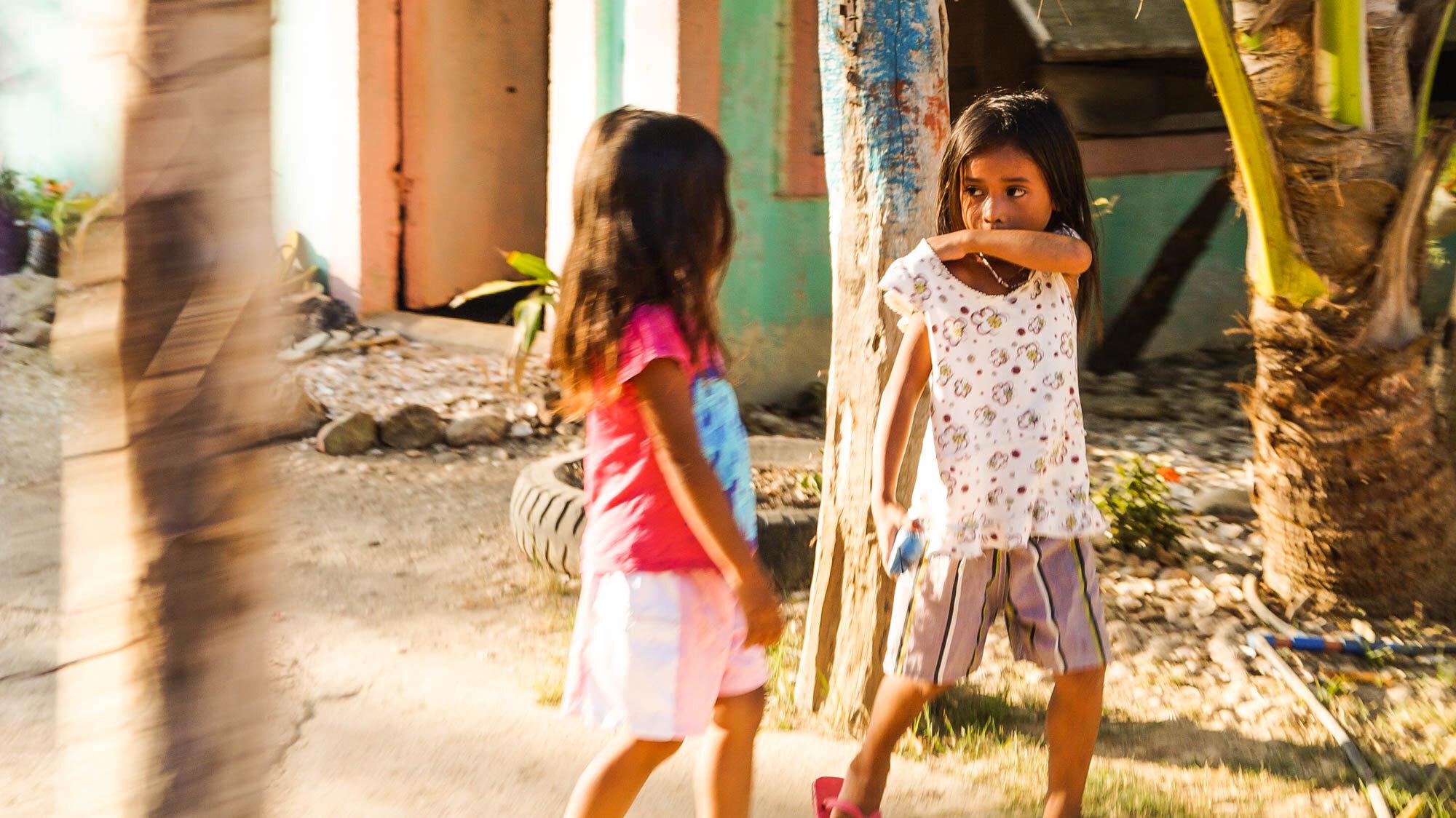 菲律宾维萨亚斯的巨人岛,两个穿着人字拖的菲律宾女孩