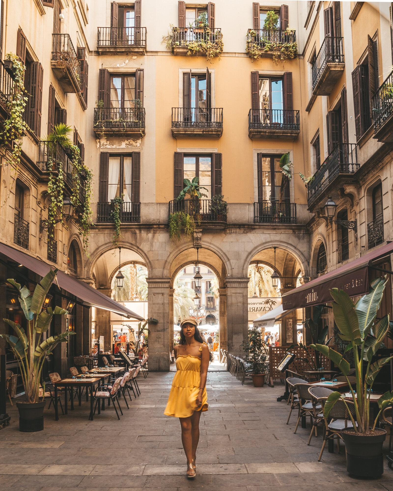 西班牙巴塞罗那,广场上有窗户的黄色连衣裙——梅尔·莱加达照明beplay3体育官方下载