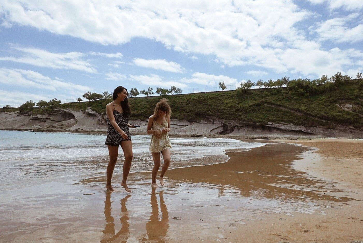 笑在海滩上的海滩在Playa de matalenas海滩,桑坦德,西班牙