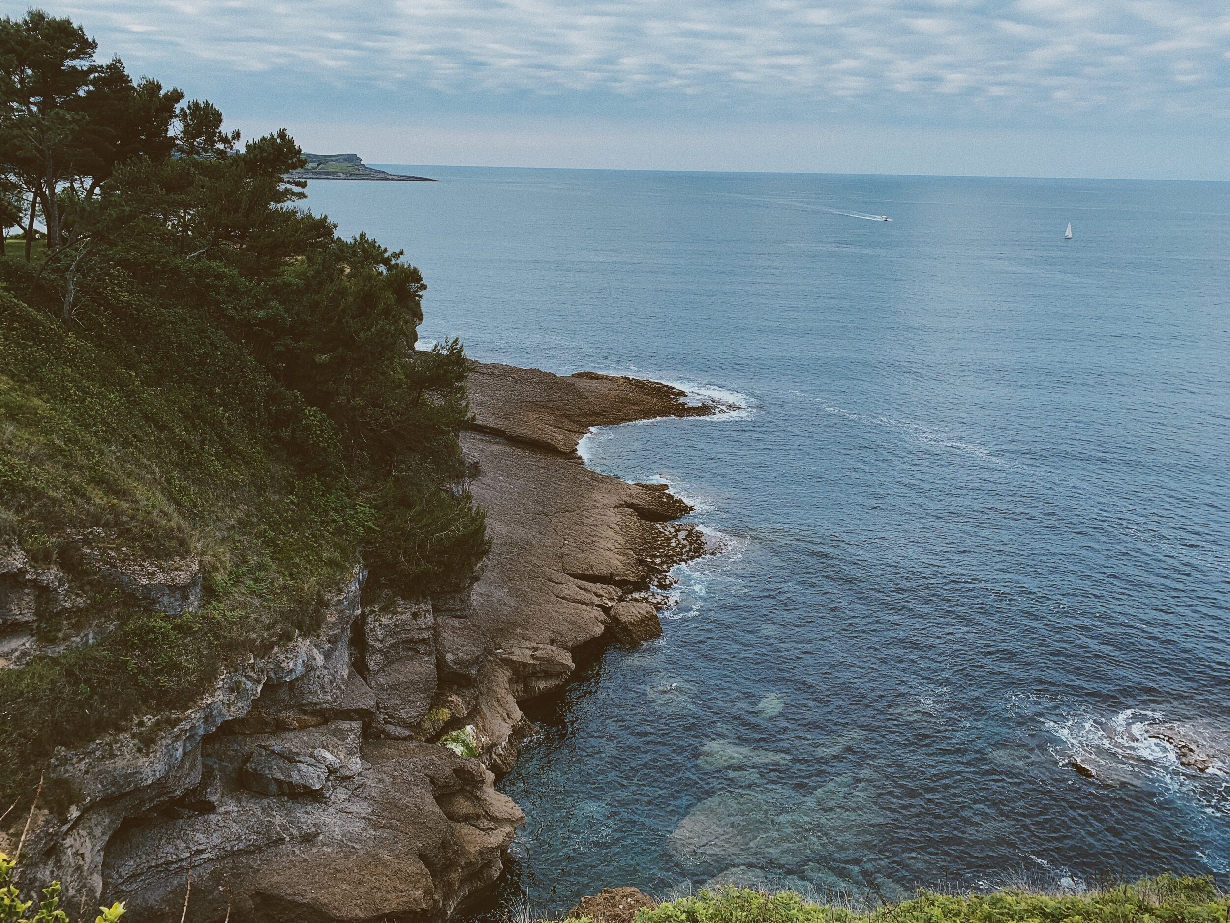 在西班牙桑坦德,马格达莱纳河半岛的山峰上,岩石和海洋景色令人惊叹