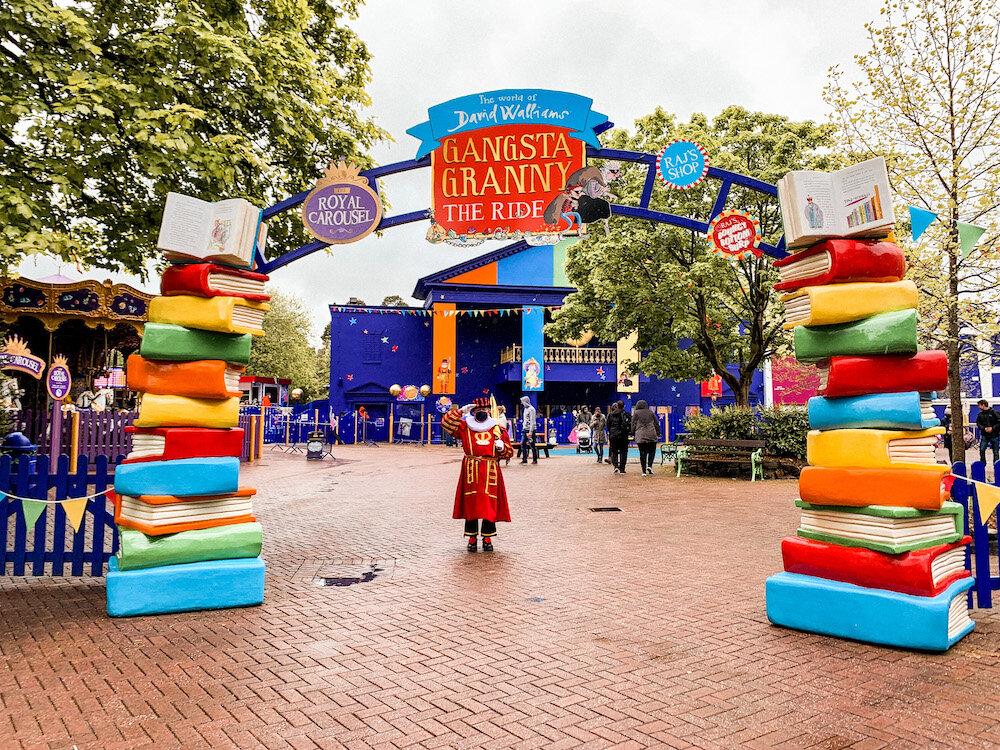 奥尔顿塔主题公园的Gangsta Granny的彩色书籍入口