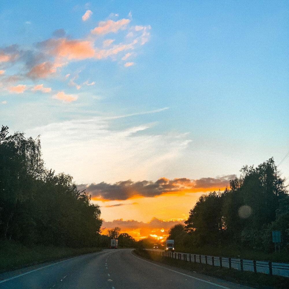 从伦敦到钱德尔,M1上美丽的橙色日落