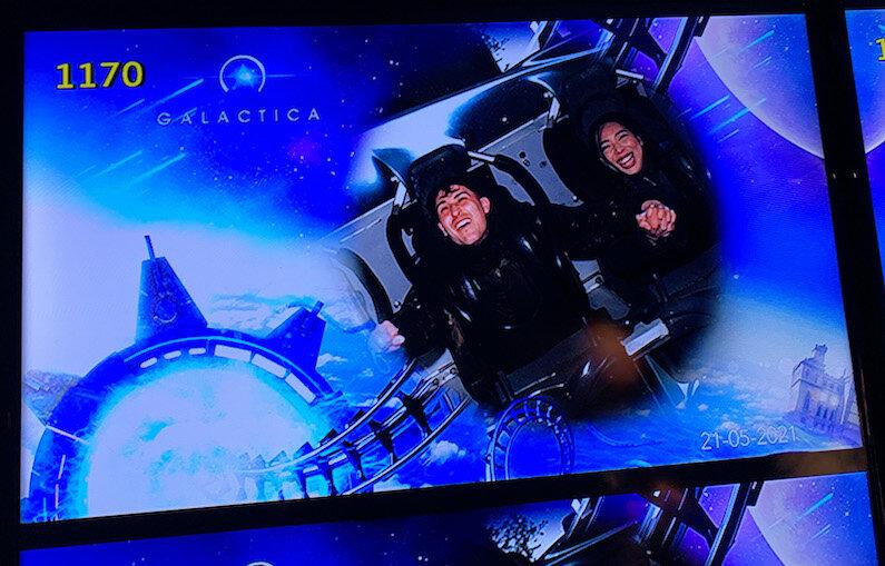 在奥尔顿塔的卡拉狄加坐过山车,男孩和女孩手牵着手的照片