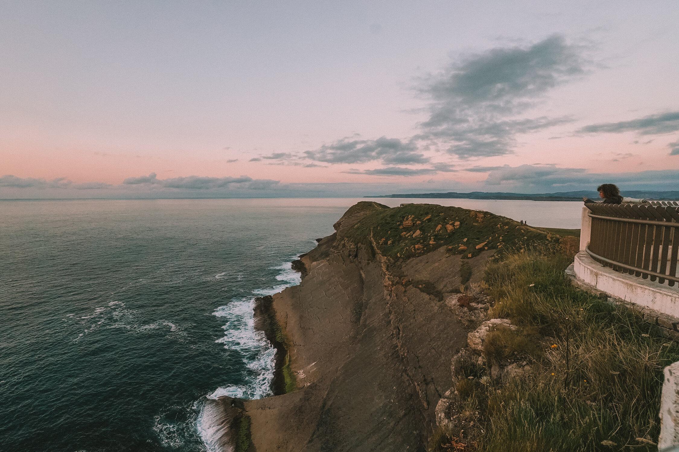 在Cabo de Mayor Lighthouse Viewpoint在桑坦德享受美丽的柔和日落