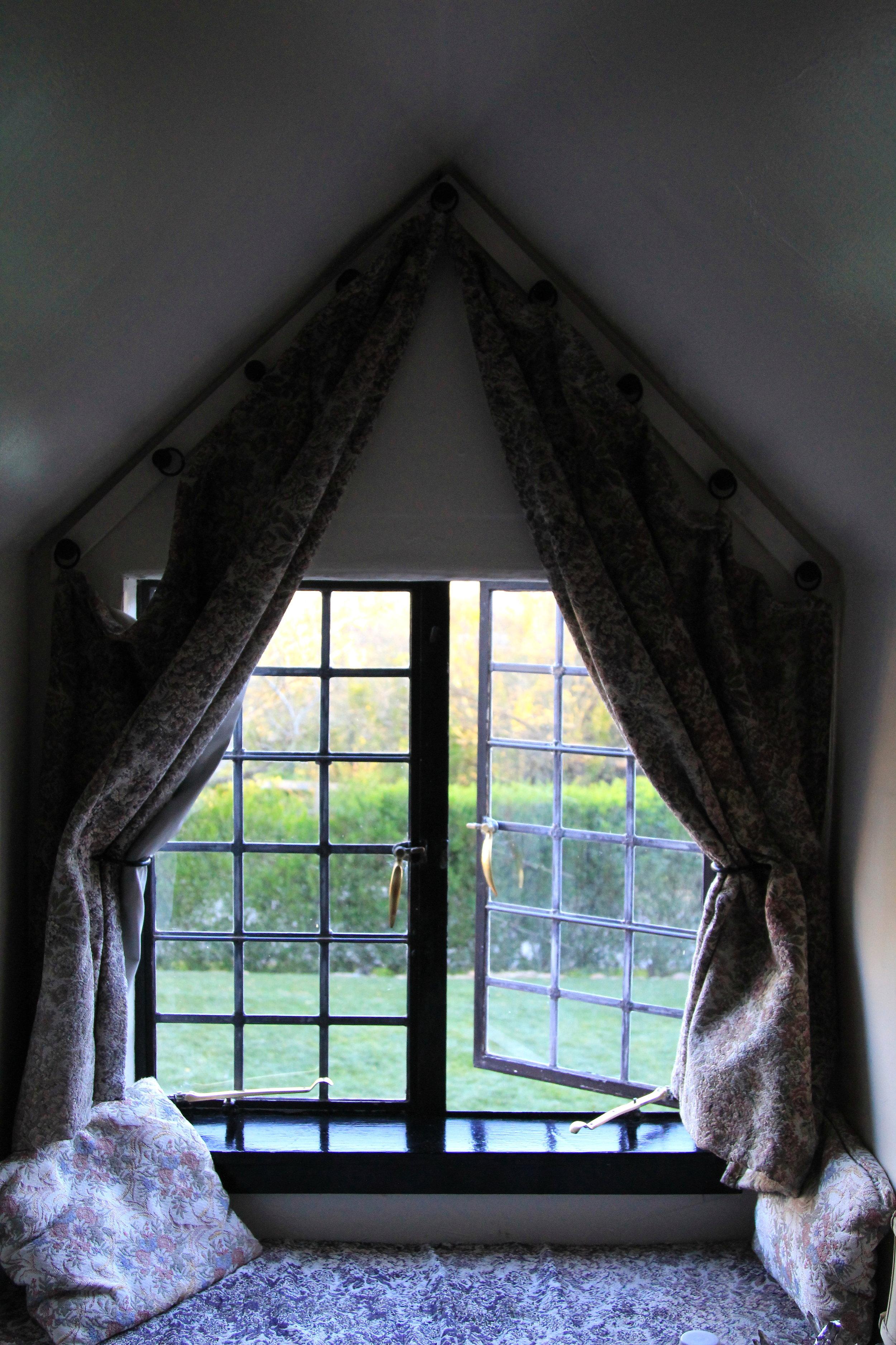 window seats at the Pelican Inn