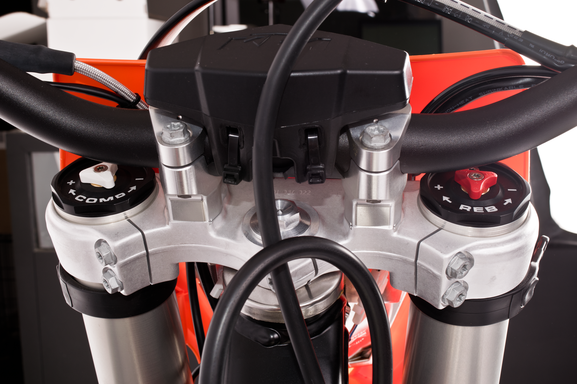 Xplor-fork-caps-on-bike.png
