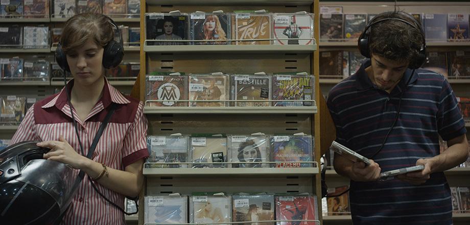 Ezequiel (Benjamín Coelho) encounters Ana (Camila Fabri) in a record store