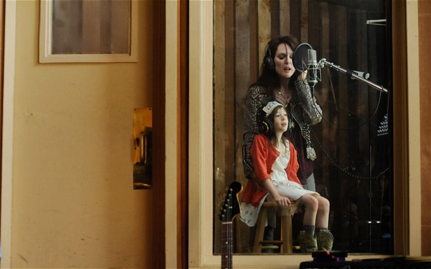 Maisie and her mother, Susanna (Julianne Moore), a one-time New Wave rock diva