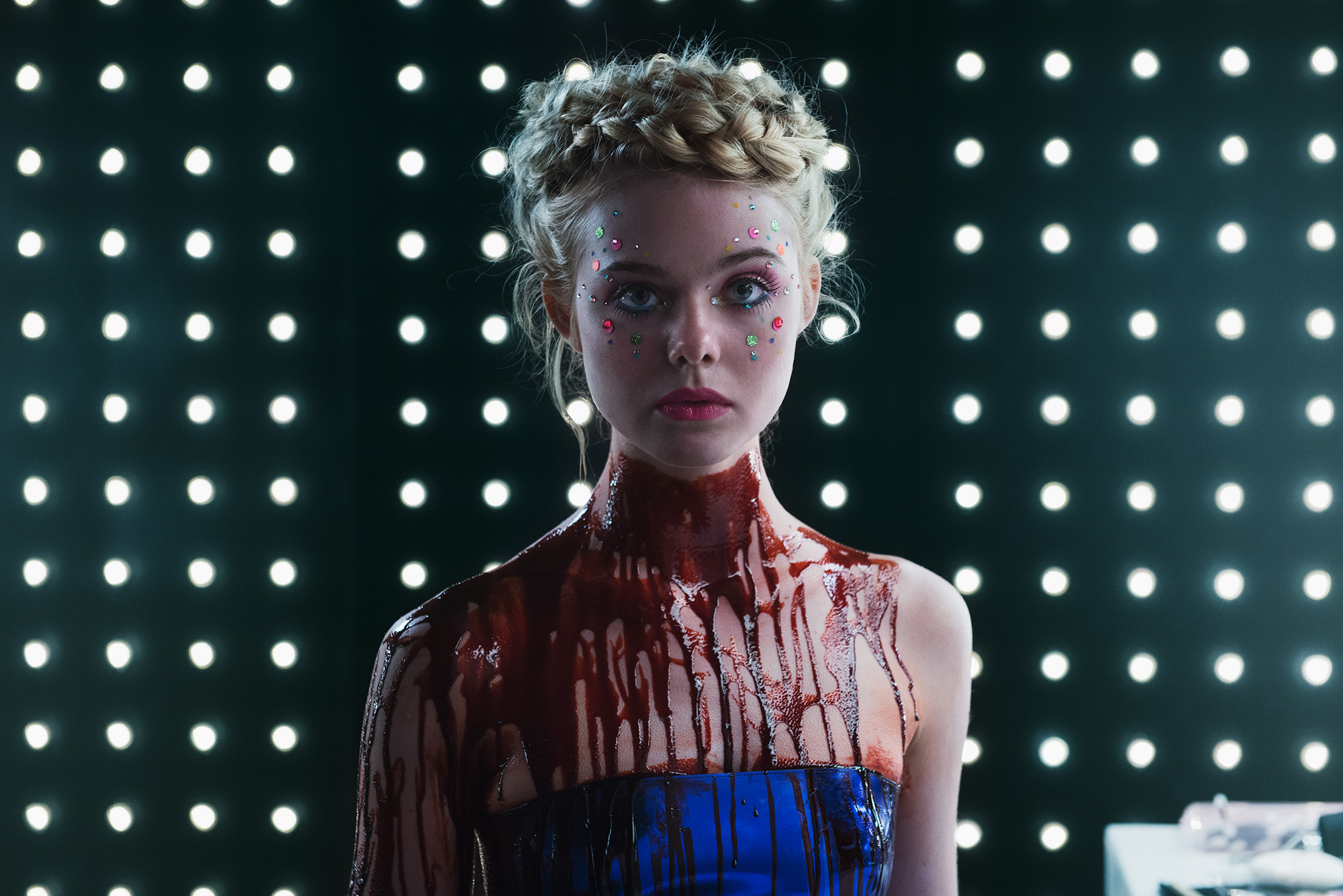 Elle Fanning plays Jesse, a young model who appears innocent but is actually as predatory as her ruthless rivals.