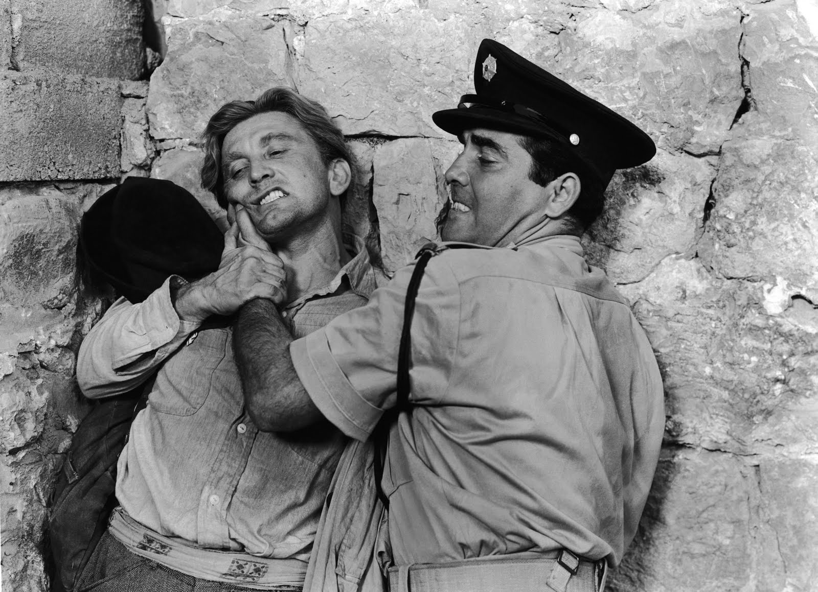 Hans (Kirk Douglas) fighting with an Israeli policeman (Richard Benedict).