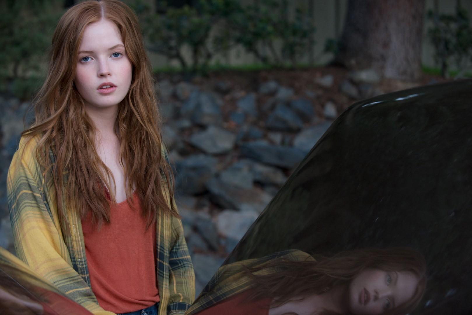 Ellie Bamber as India Hastings.