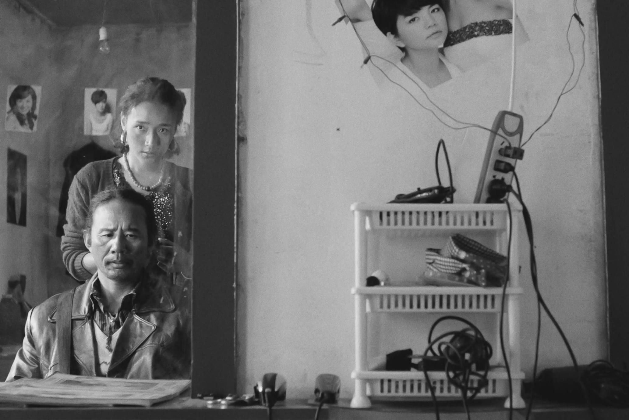 Tharlo (Shide Nyima) and Yangtso (Yangshik Tso), the salon owner who washes his hair.