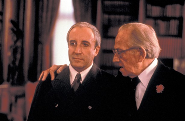 Billionaire Benjamin Rand (Melvyn Douglas) takes on Chance (Peter Sellers) as a trusted advisor.