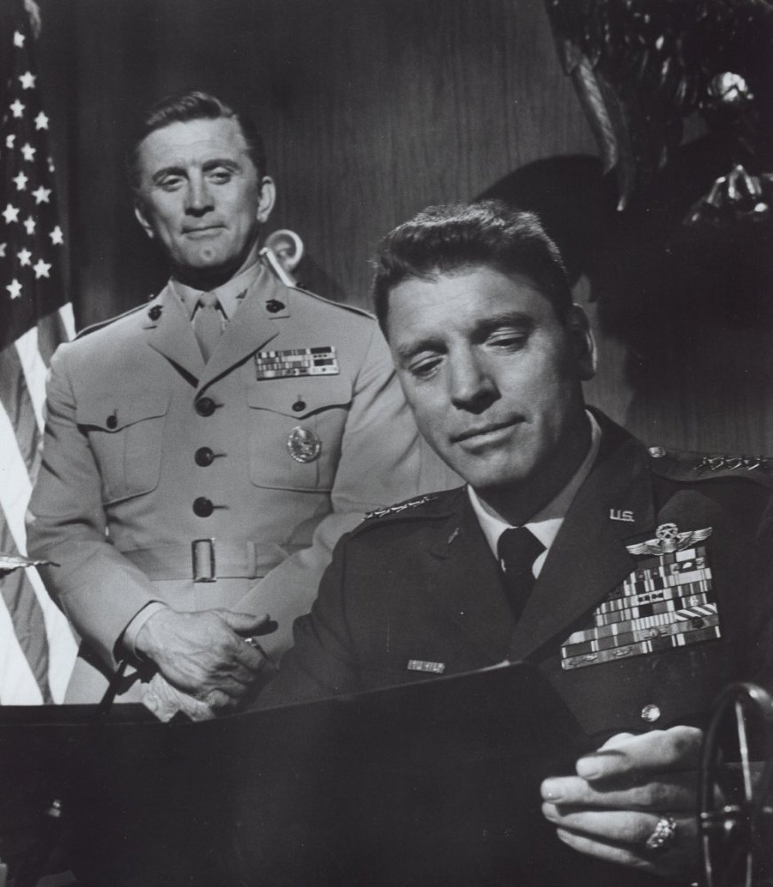 General Scott (Burt Lancaster) and his aide, Col. Casey (Kirk Douglas).