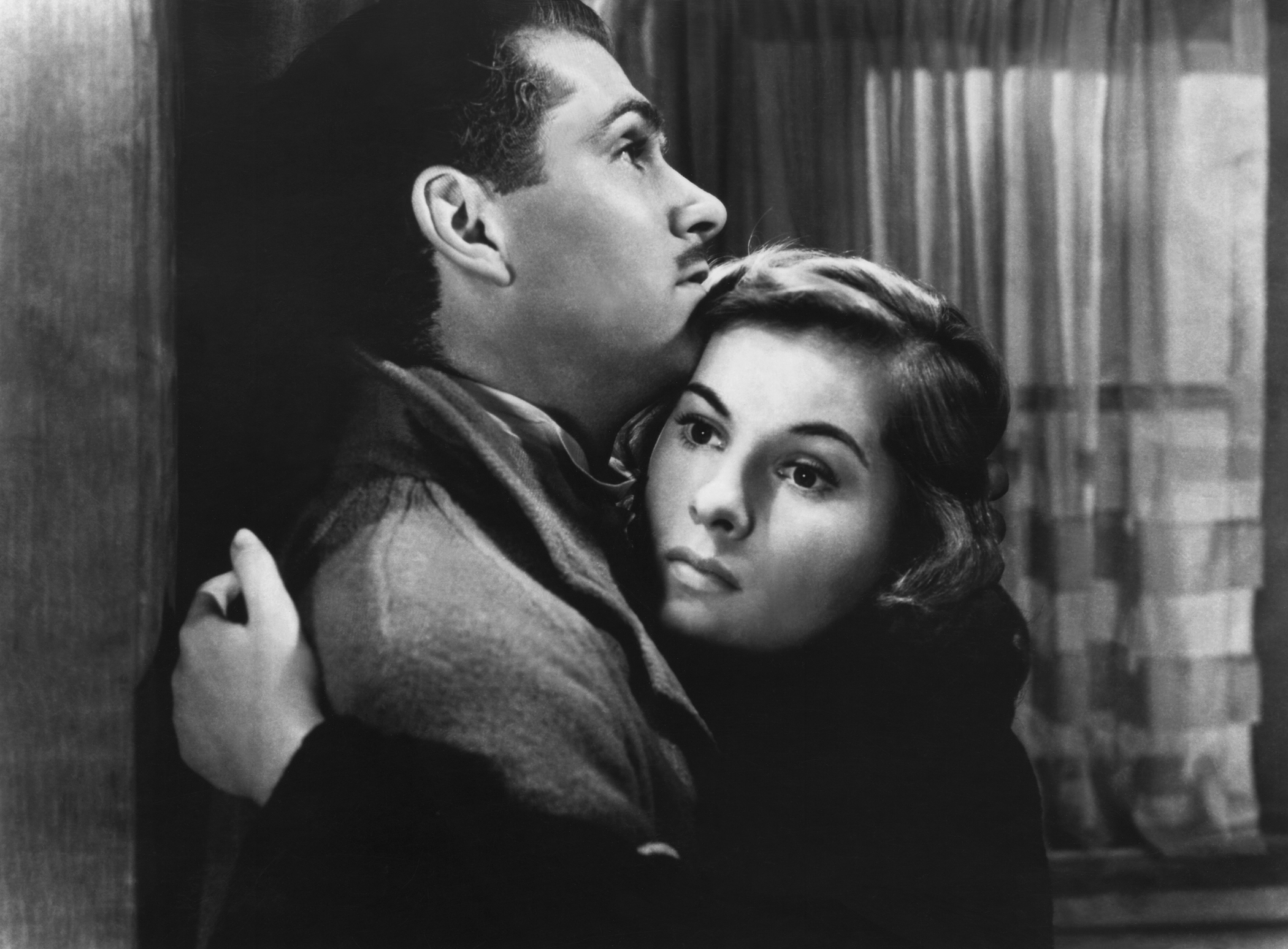 Joan Fontaine's anxious heroine embraces her husband Maxim (Lawrence Olivier).
