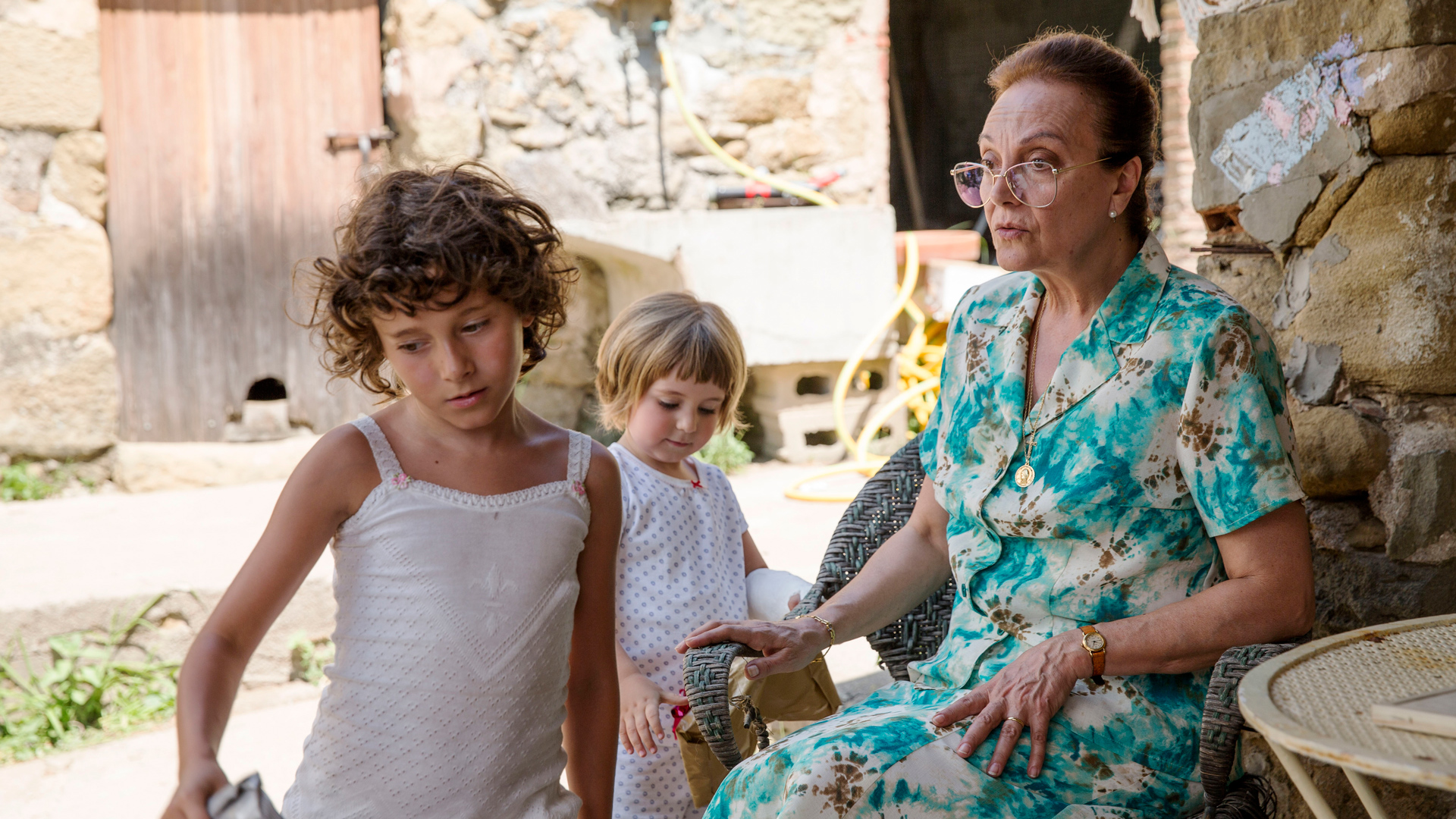 In  Summer 1993 , Frida must quickly integrate into a new family in an unfamiliar rural setting.