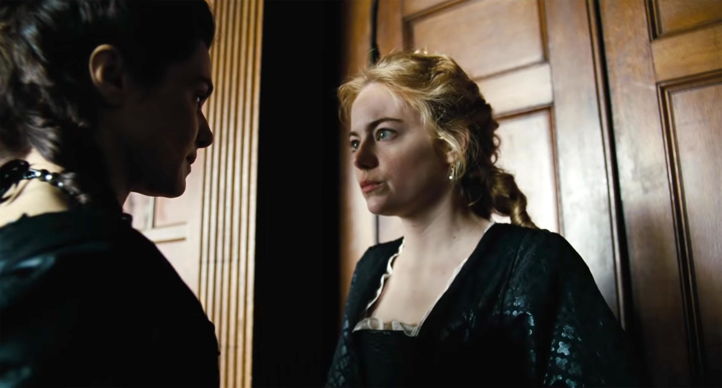 Sarah (Rachel Weisz) and Abigail (Emma Stone) in  The Favourite (2018).