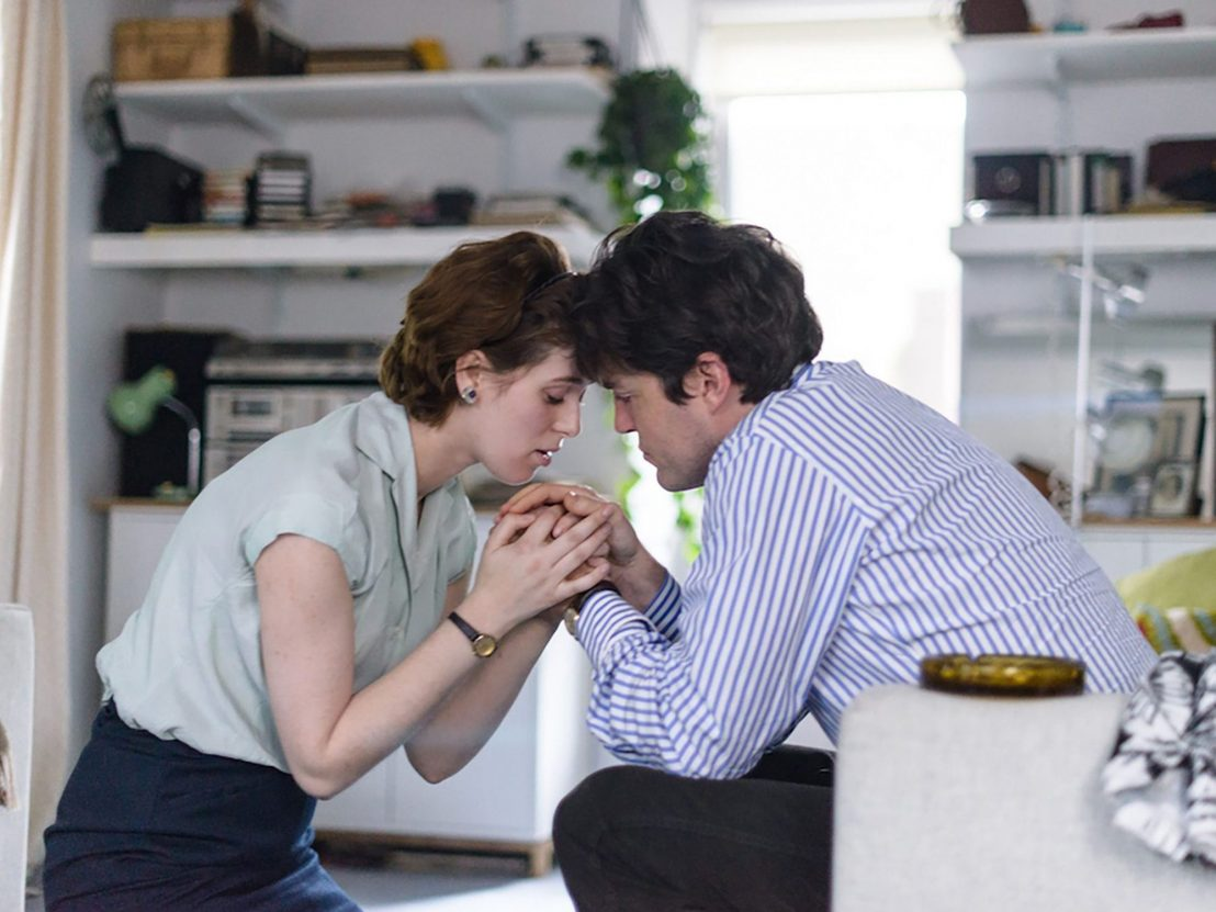 Honor Swinton Byrne as Julie, a film student with her difficult romantic interest, Anthony (Tom Burke), in The Souvenir.