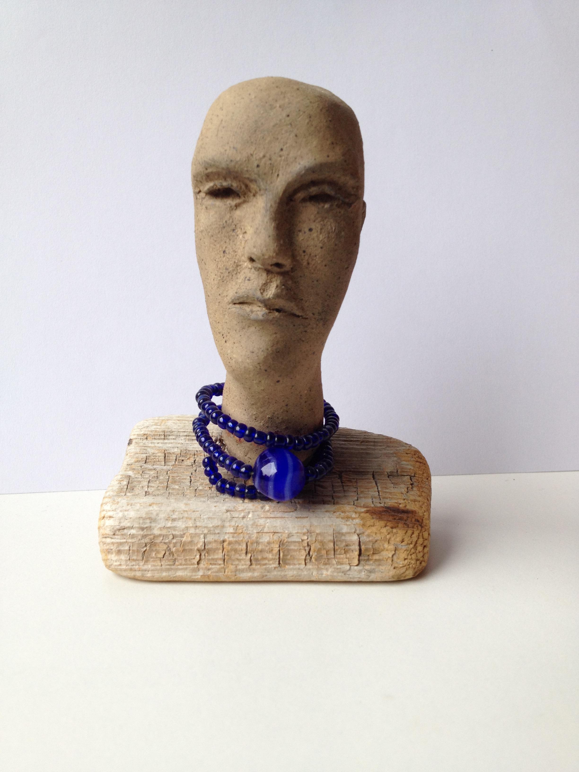 D15. Med blått halsband.jpg
