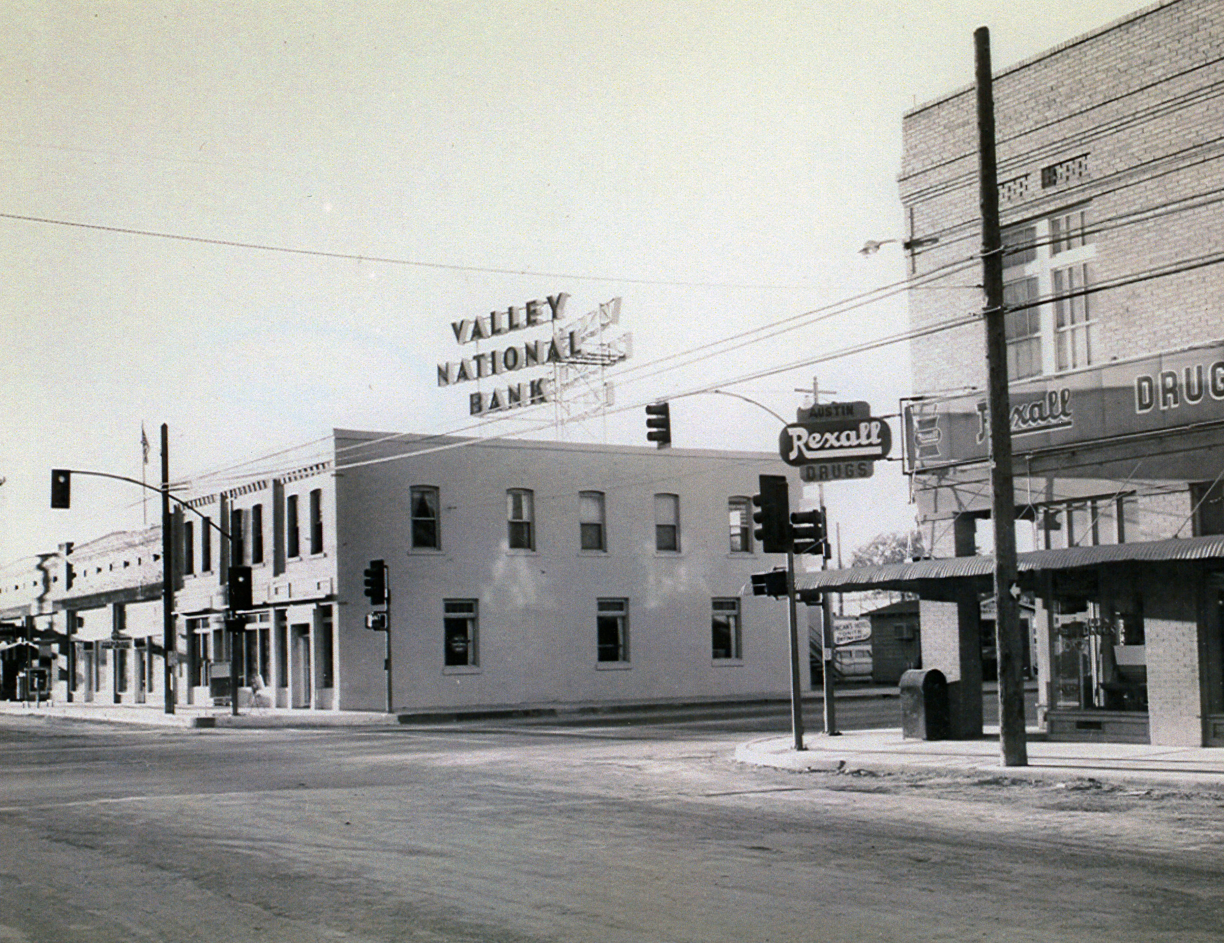 RIGGS BANK BUILDING AFTER ITS SALE BY THE RIGGS FAMILY IN 1933.   PHOTOGRAPH TAKEN APPROXIMATELY 1960 / OWNER WAS VALLEY NATIONAL BANK