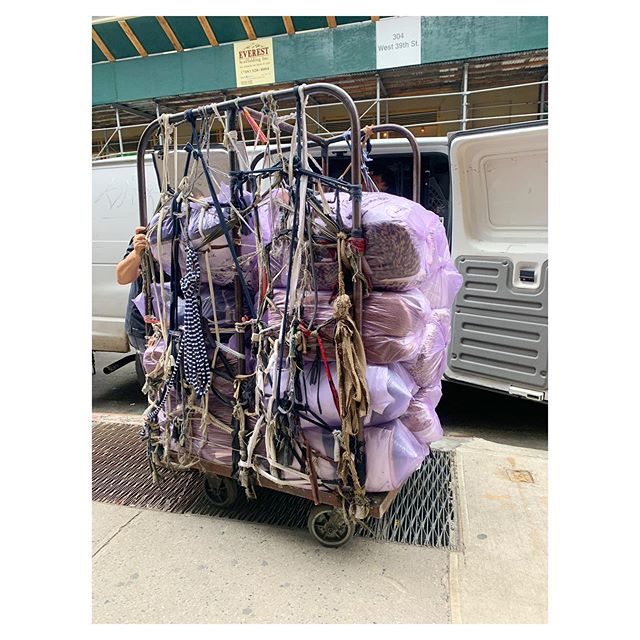 I love these scrap-tied hand carts they use in the garment district 💜