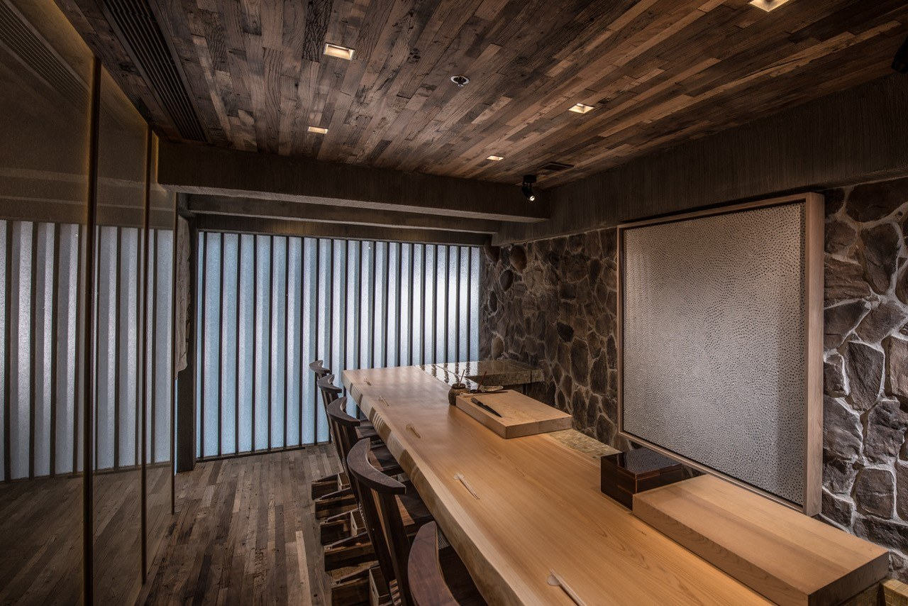 Umi - UMI presents an elegant yet intimate space reminiscent ofthe finest omakase sushi bars of Tokyo. Tradition, sophisticationand dedication to a century old craft are on full display at UMI,and takes Hongkongers on a contemporary journey through theauthentic of Tokyo's famed Tsukiji market.Events Capacity12 seatsOutside catering is available from Umi restaurantG/F, 163 Hollywood Road, Sheung Wan, Hong Kong