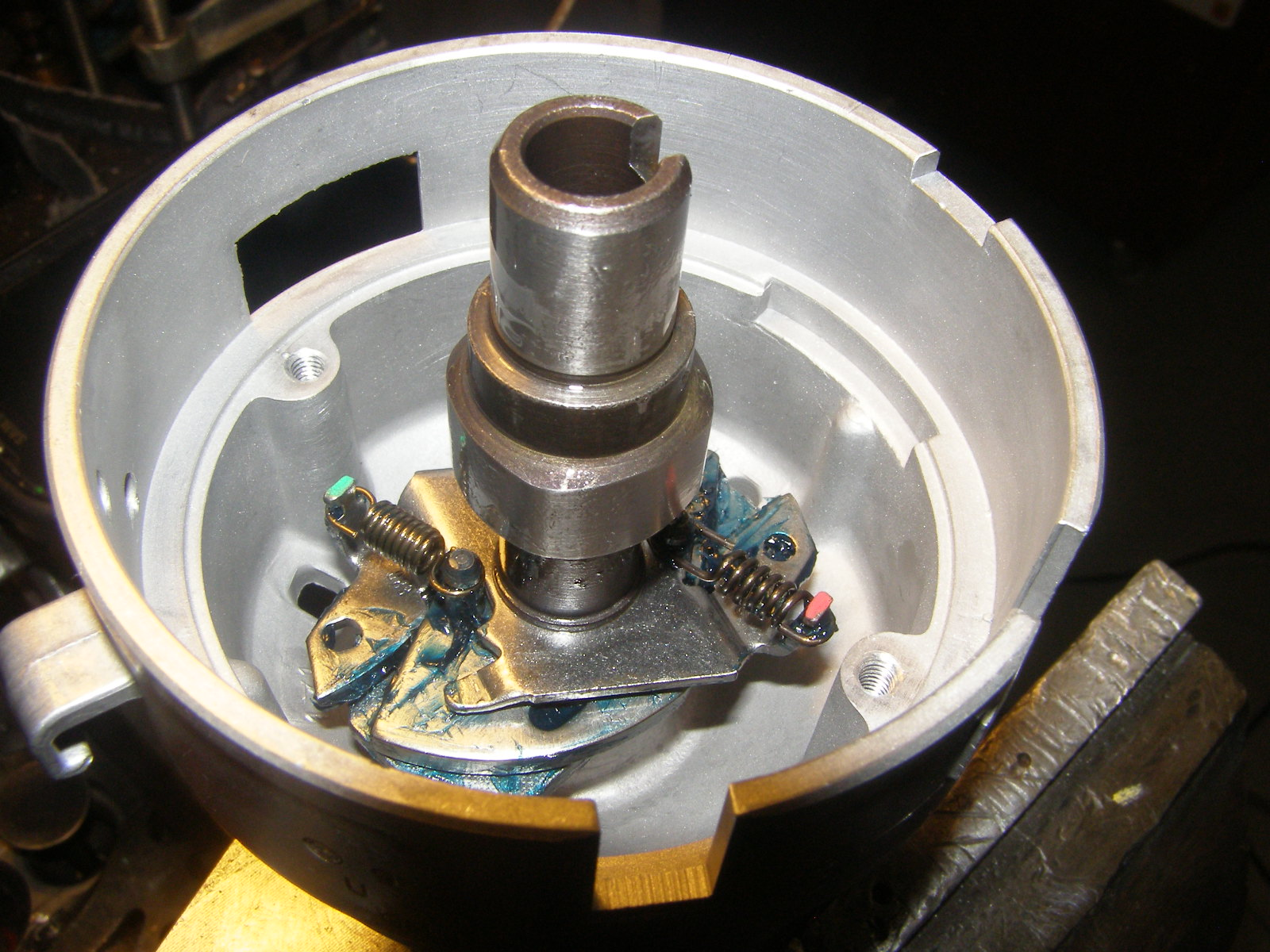 Freshly lubricated and assembled centrifugal advance mechanism and 4 lobe points cam