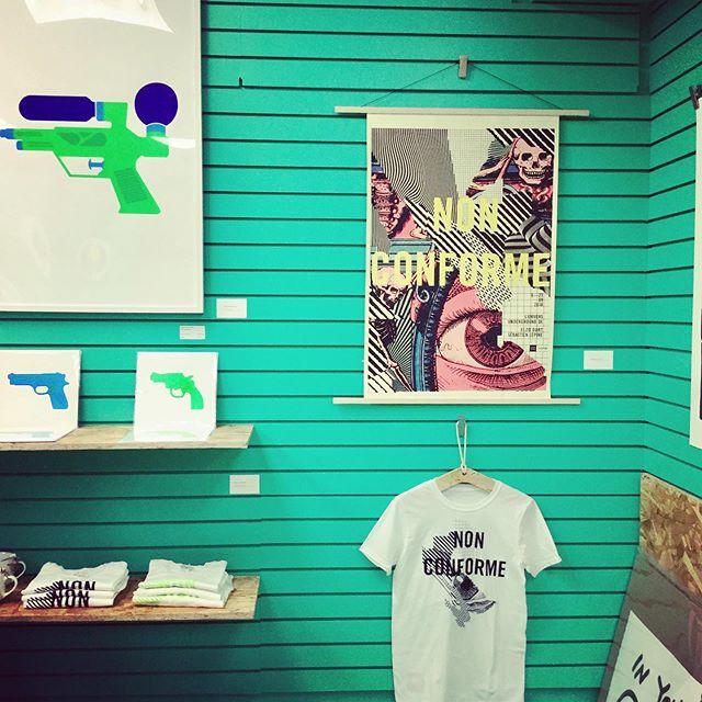 Vous pourrez trouver Nouveau Projet à la boutique éphémère de notre partenaire l'UQAM, au 365, rue Sainte-Catherine Est.