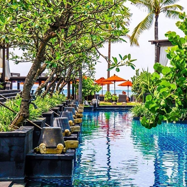 Dreaming of summertime in Bali on this chilly day! St. Regis is always a good idea. 📷: @thewaytotravel #stregis #bali #indonesia #poolside #summer #keepdreaming