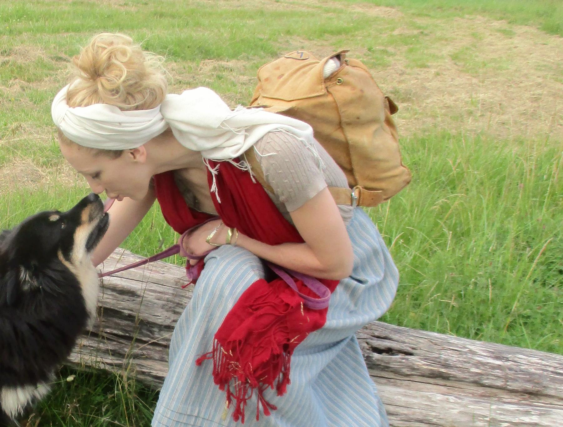 o16o7  Lapphunden Astrid pussas - Järna-nära (jag bär skinnryggsäck no1).