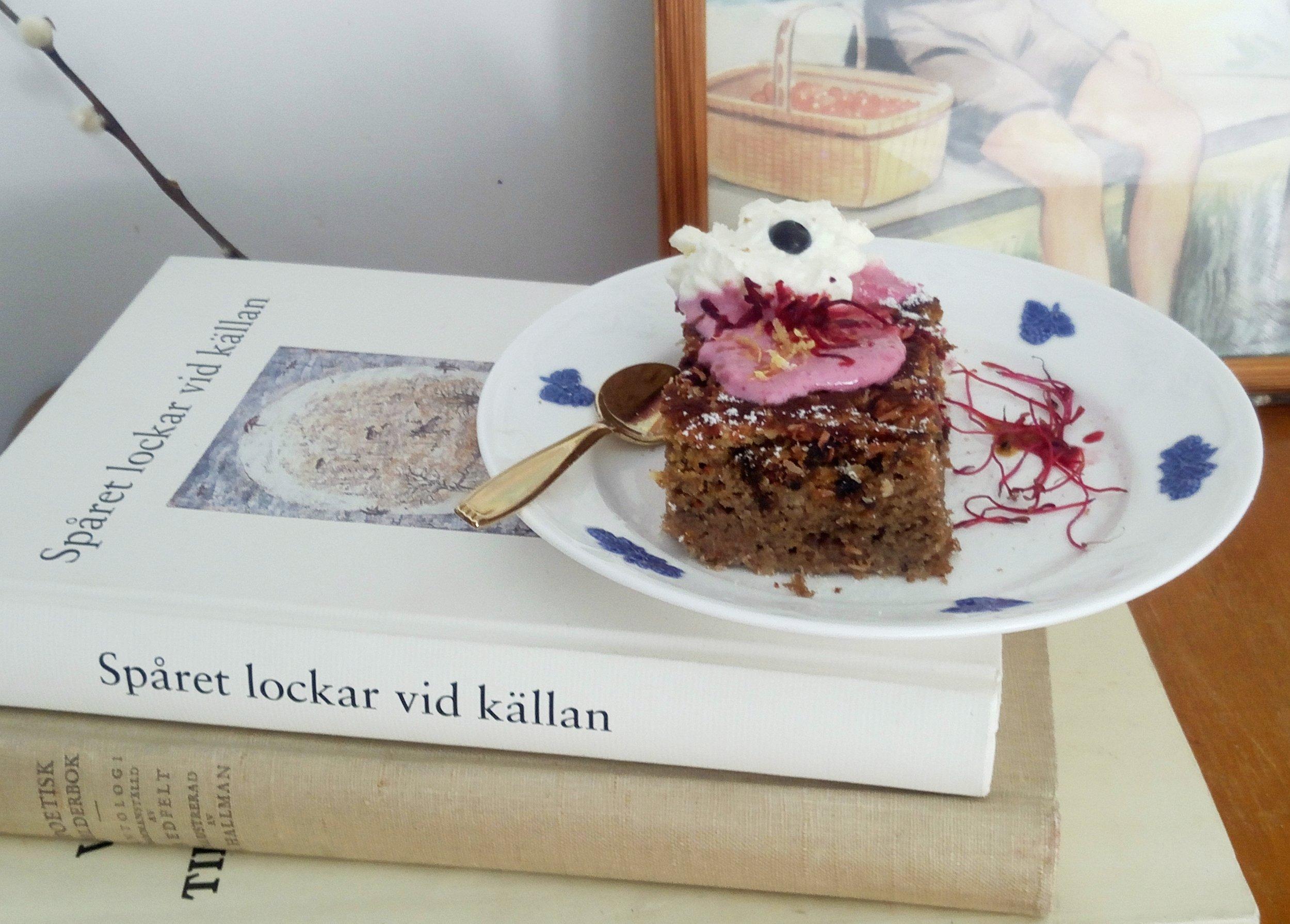 Så här berättar han  [ P etrus  L aestadius]  till exempel om hur man tillverkar det mjöl som barkbrödet bakas av:  Man hugger ut tallen & med en liten spade af renshorn, flår man utav barken.  / Spåret lockar vid källan - Norrbottens prosa i presentation & urval av Åke Leif-Lundgren & Bert Linné.