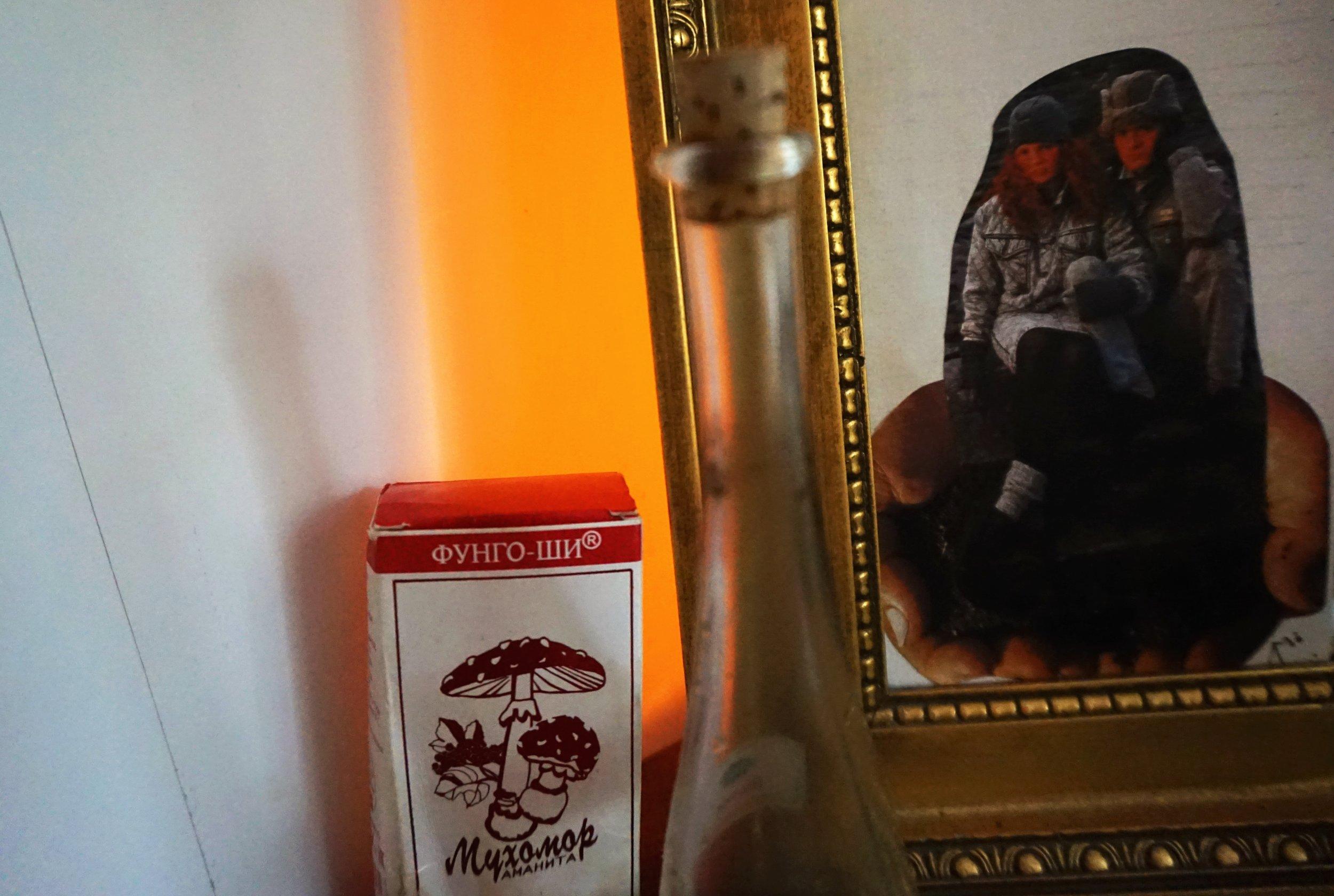 Röd Amanita i rysk kräm, avokadoolja & jordat kollage pryder pumudavråns bord, bakom vars spegel det varma skenet av saltlampa skymtar.