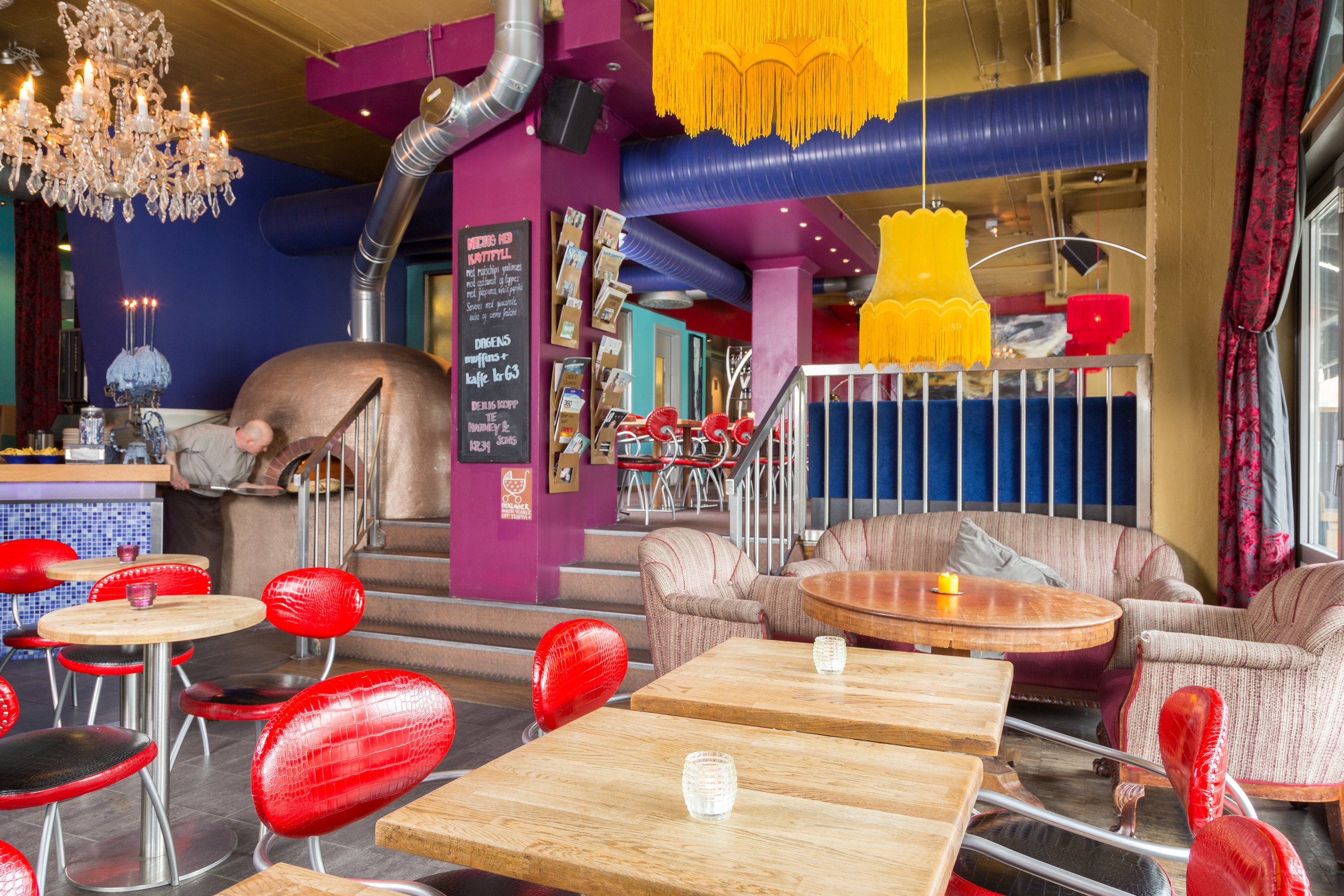 Cafè bare blåbær er et spisested med en variert og spennende meny, og cafèen har vedfyrte pizzaovn. bær&bar vegg i vegg spesialiserer seg på kaffe- og juicedrikker på dagtid og har mer pub-/barstemning på kveldstid. Dette er stedet for naboer og stamgjester.