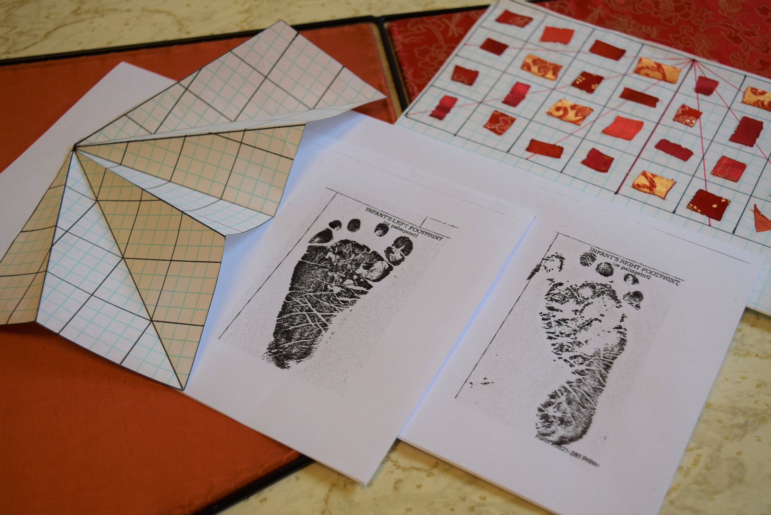Here are preliminary plans and fabric samples. The completed first part of the piece was inspired from the foot print on the right. The next one will be from another infant's foot print (left) Interesting how I can see the personality in the prints already. The next one will be in green and blues. Voici des croquis préliminaires. La personalité des tout petits se devide déjà. J'ai agrandi l'empreintes de droite de 2000%. Le travaille commence pour celle de droite.