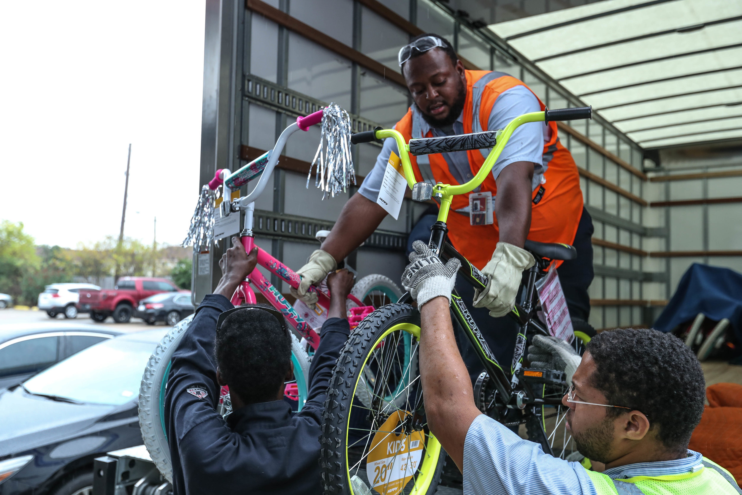 Shell unloading bicycles 2017.jpg
