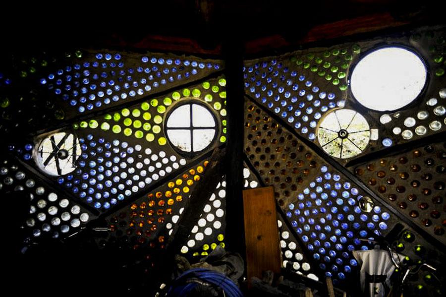 Interior de la casa de las botellas