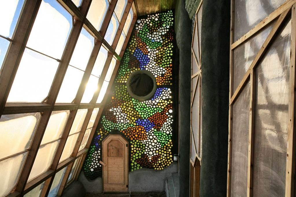 Interior del distribuidor de una earthship, a modo de invernadero para captar el calor del sol.