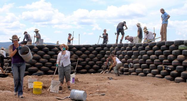 Construcción de muro a base de neumáticos de tierra compactada.