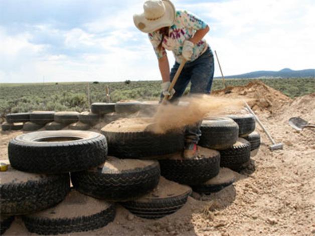 Proceso de compactado de tierra en el interior del neumático.