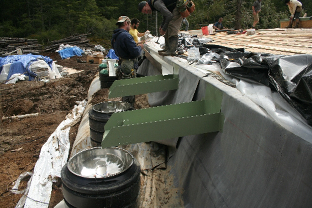 El agua recogida en la cubierta se canaliza y vierte a los depósitos subterráneos.