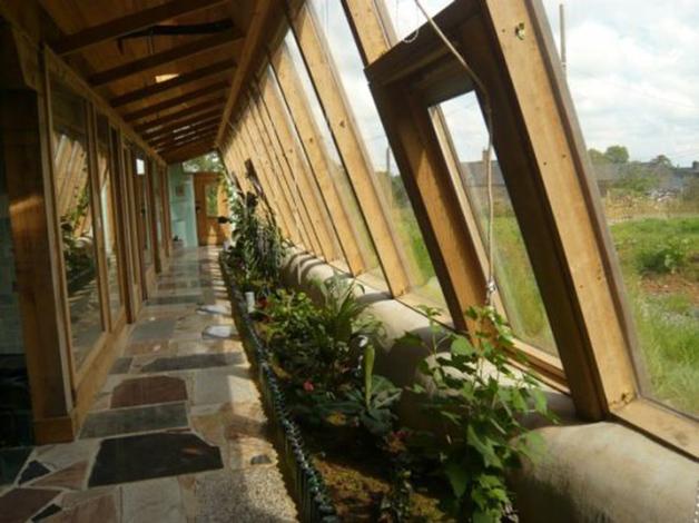 Los jardines interiores de las earthships se nutren de las aguas grises generadas en la vivienda.