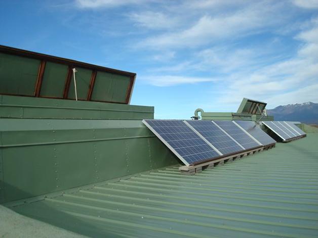 Paneles solares en la cubierta de una earthship.