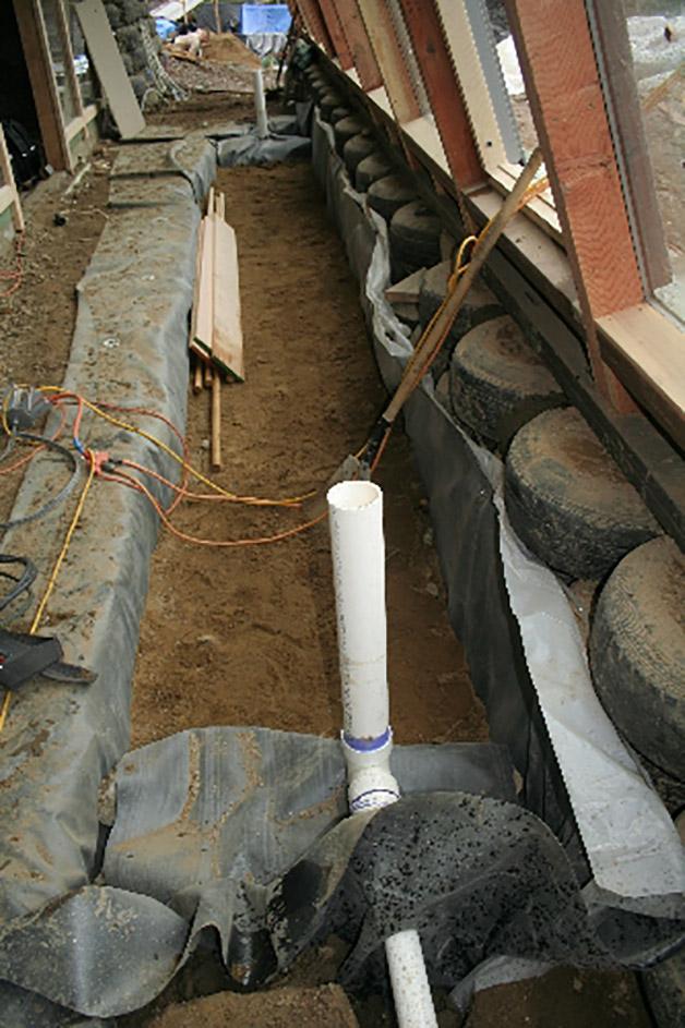 Macetera rellena con grava y arena preparada para prueba de filtrado.